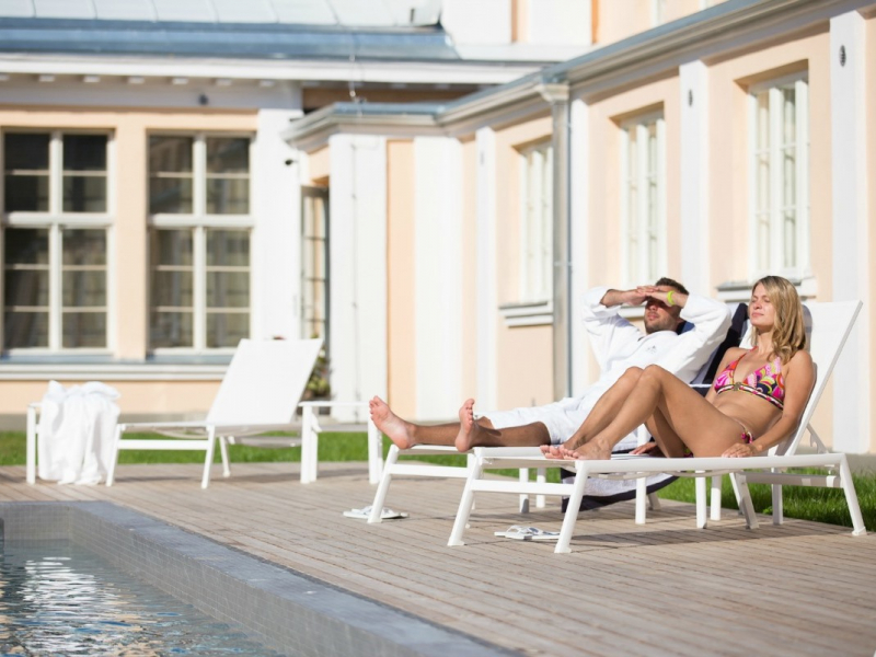 hedon-spa-outdoor-pool-area